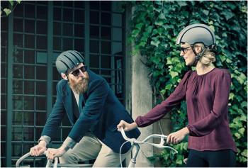 A Carrera, marca internacional especializada em acessórios de moda e esportivos, desenvolveu um modelo dobrável, capaz de caber em uma bolsa. - Foto: Divulgação