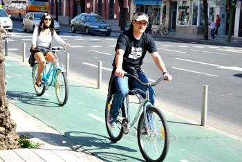 Ciclovia em Sevilha, isolada por pequenos postes de metal - Foto: Sevilla Cycle Chic