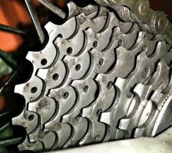 Caso não seja trocada regularmente, a corrente poderá causar danos no cassete e nas coroas. Na foto, um cassete com apresentando sinais de desgaste (formato dos dentes  abaulado ao invés de redondos)