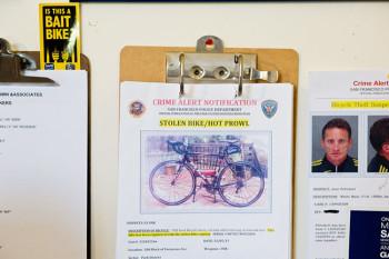 Alerta de bike roubada na mesa do policial Matt Friedman, responsável pelo departamento de repressão ao roubo de bicicletas de San Francisco - Foto: Jason Henry / The New York Times