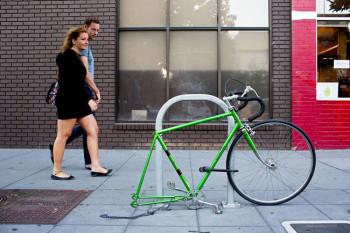 Cena comum em San Francisco: Uma bicicleta teve sua roda traseira, canote e selim roubados - Foto: Jason Henry / The New York Times