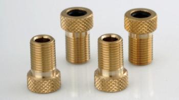 No caso das válvulas Presta, o uso de adaptadores como os da foto é imprescindível para que se possa encher os pneus em manômetros de posto de gasolina