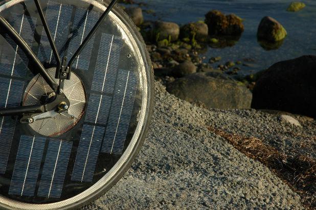 Os painéis solares são instalados nas rodas da e-bike