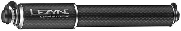A Lezyne Carbon Drive Lite possui o corpo em fibra de carbono e hardware em alumínio, o que resulta em um peso final de 80 gramas