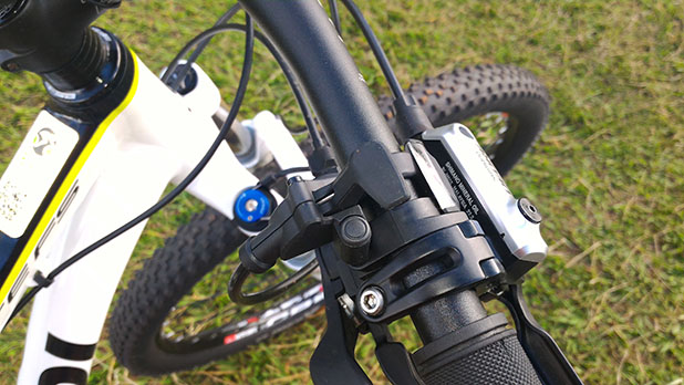 dd75e2d2b O amortecedor dianteiro RockShox XC 30 é quipado com trava no guidão -  Foto  André