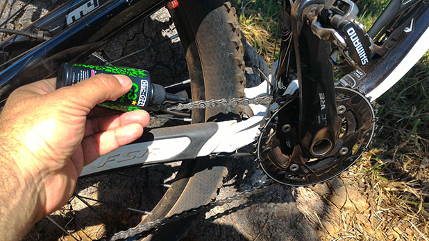 O bico extra-longo da embalagem permite sua fácil aplicação - Foto: MTB Brasília